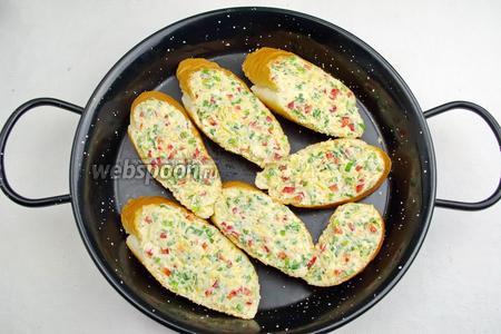 Разложить бутерброды на противень или в форму для выпечки. Поставить в горячую духовку. Выпекать при температуре 180 °C в течение 15 минут.