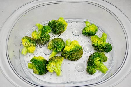 Готовую капусту брокколи вынуть из пароварки.
