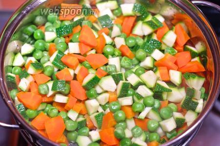 Почистите морковь и порежьте на мелкие кубики. То же самое сделайте с цукини, удаляя мякоть из сердцевины. Отварите на пару сначала горошек и морковь, немного позже добавьте цукини.