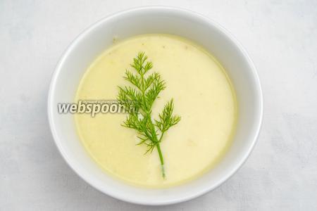 Украсить суп веточкой свежего укропа. На сухой сковороде подрумянить тонкие кусочки багета. Подать к супу.