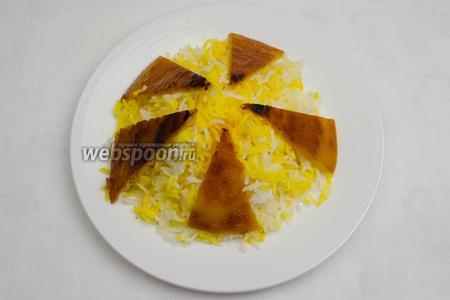 Подавать плов к столу горячим на плоском широком блюде. Можно украсить его кусочками румяной лепёшки.