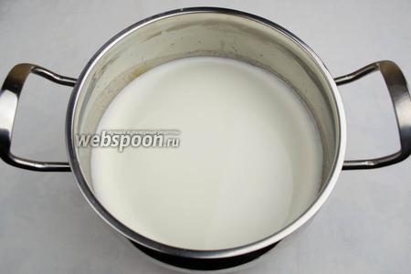 Добавить в кипящее молоко рис. Варить рис минут 12-13, всё время помешивая.