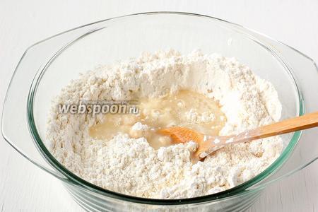 Влить горячую воду в углубление и тут же замесить тесто — сначала ложкой, а потом — руками.