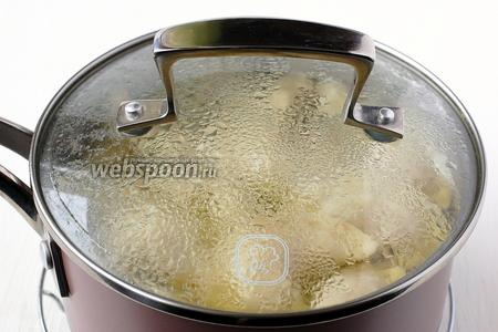 Отварить вареники порциями в бульоне, который остался от варки мяса. Вареники бросаем в кипящий бульон и варим 1 минуту после всплытия вареников.