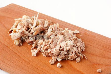 Охлажденное мясо освободить от костей и порезать мелкими кусочками.