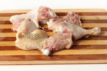 Окорочка моем и разрезаем на 2 части по суставам. Мясо слегка солим.
