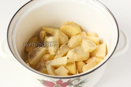Картофель солим и посыпаем чёрным молотым перцем.