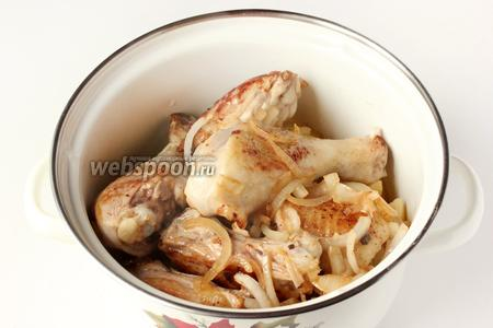 На картофель выкладываем обжаренное куриное мясо и лук.