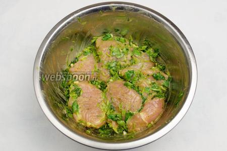 Выложить мясо в миску с маринадом. Перемешать тщательно, чтобы все куски мяса были смазаны маринадом. Сверху накрыть крышкой. Поставить в холодильник на 40 минут.