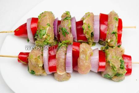 Маринованное мясо нанизать на шпажки, чередуя с овощами.