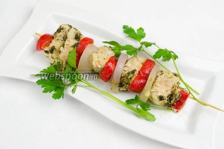 Подавать шашлык горячим с зеленью или салатом к обеду.