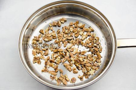 Орехи почистить, поджарить на малом огне, потереть в льняной салфетке, чтобы отошла шелуха.