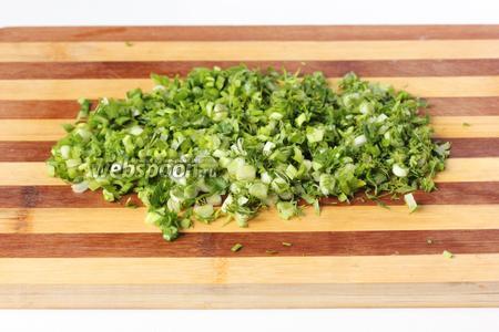 Зелёный лук, укроп и петрушку измельчаем.