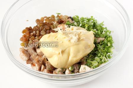 Заправляем салат майонезом и добавляем измельчённый чеснок.
