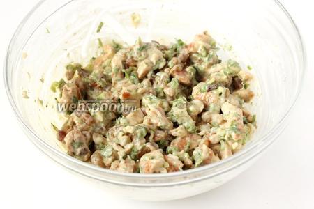 Перемешиваем салат, даём ему настояться в течении 30 минут в холодильнике и подаём к столу в маленьких порционных креманках, украсив свежим укропом.