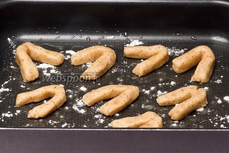 Слегка смазываем маргарином или сливочным маслом противень, посыпаем его чуть-чуть мукой и выкладываем на него печенье. Ставим в духовку на 15-20 минут при температуре 180 °C.