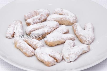 Вынимаем курабье из духовки и присыпаем сахарной пудрой. Теперь можно подавать на стол!