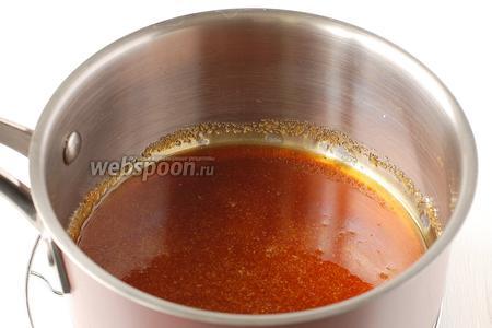 Надо следить, чтобы сахар в процессе карамелизации не подгорел, иначе будет горчить. Вот такой цвет должен приобрести сахар.