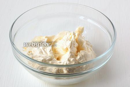 Масло взбить до пышной массы.