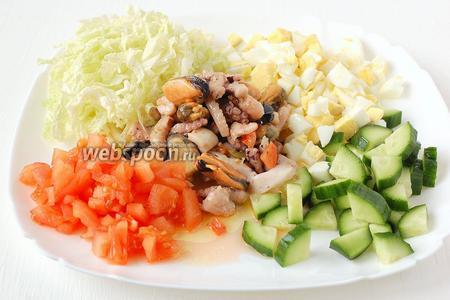 Соединить помидор, огурец, яйца, капусту, маринованный морской коктейль. Заправить салат ароматным маслом, в котором мариновался коктейль. Досолить салат по желанию.