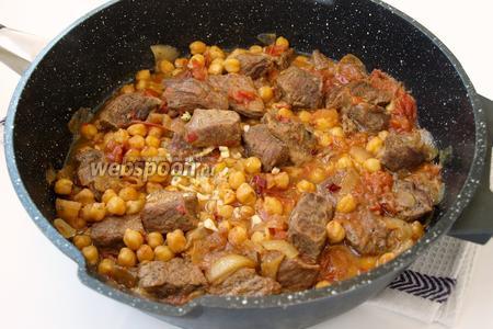 В готовое мясо добавить чеснок, уксус и мелко нарезанный горький перец. Повторюсь, если вы не любители острого, то горького перца добавляйте небольшой кусочек. Тушим ещё 10 минут. Приятного аппетита!