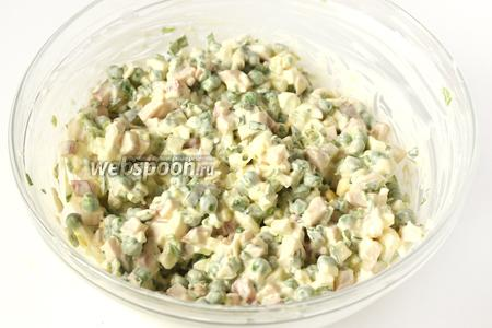 Ещё раз перемешиваем салат. Можно сразу подавать к столу или дать салату настояться в течении 30 минут в холодильнике (тогда он будет ещё вкуснее!). Перед подачей раскладываем салат на порции и посыпаем натёртым на мелкой тёрке желтком. Украшаем зелёным горошком.