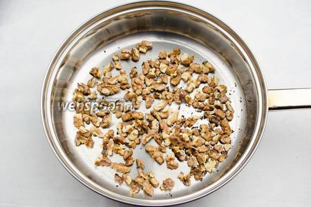 Орехи почистить, поджарить на малом огне, потереть в льняной салфетке, чтобы отошла шелуха. Измельчить в ступке.
