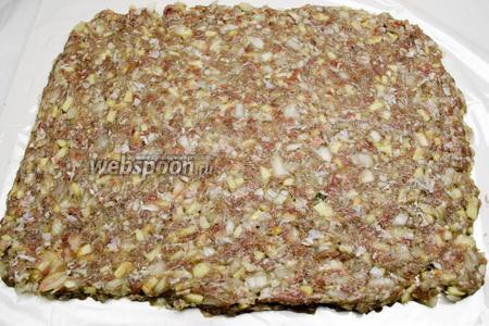 Расстелить на столе подготовленный (разрезанный) рукав для запекания. Разложить на нём мясной фарш в форме прямоугольника слоем 1,5 см.