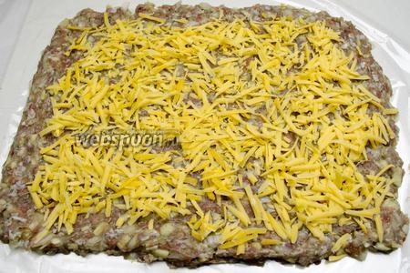 На фарш разложить равномерно тёртый сыр.