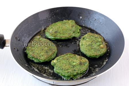 Набирать массу столовой ложкой и выпекать оладьи на сковороде на растительном масле. Огонь — средний.
