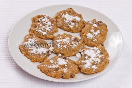 Перед подачей на стол, печенье следует присыпать сахарной пудрой.