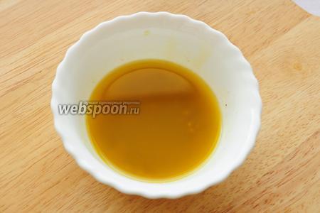Есть время приготовить и заправку, для этого нужно всего лишь смешать все ингредиенты в миске: 1 ст. л. винного уксуса, 4 ст. л. оливкового масла, соль, перец чёрный молотый и зерновую горчицу.