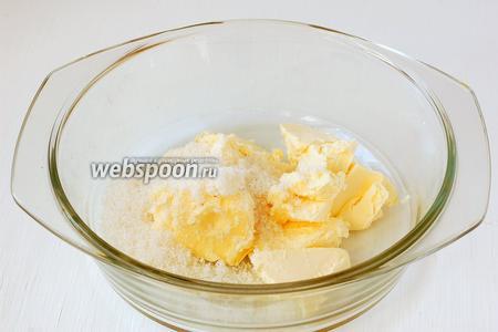 Масло комнатной температуры хорошо растереть с сахаром.