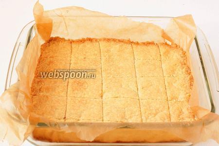 Выпекать 20-25 минут при 180 ºC. По ещё горячему испечённому печенью ещё раз пройтись ножом по намеченным квадратикам.