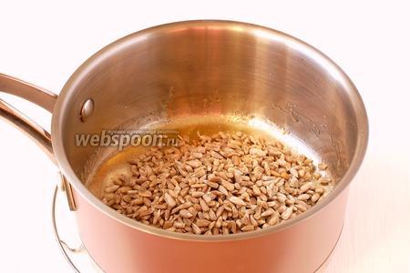 Всыпать в расплавленную сахарно-медовую смесь 200 г. очищенных семечек подсолнуха.