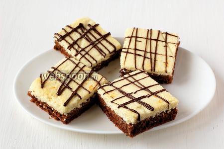 Можно украсить верх пирожных шоколадом.