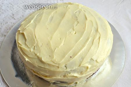 Обильно смажьте верх и бока торта шоколадным ганашем.