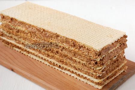 Через 30-40 минут торт можно нарезать.