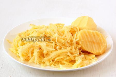 Картофель почистить и натереть на тёрке с крупными отверстиями.