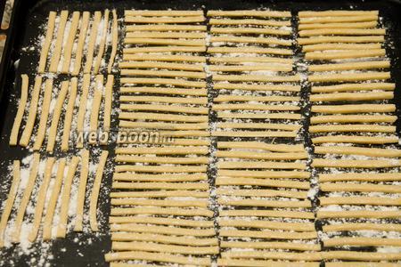 Посыпаем смесью полоски и ставим в духовку на 10-12 минут при температуре 180°C.