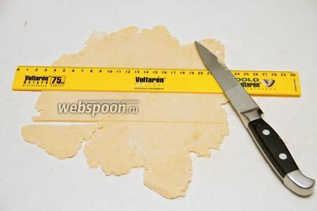 Затем берём линейку и разрезаем тесто на полоски длиной 8 см и шириной 0,5 см.