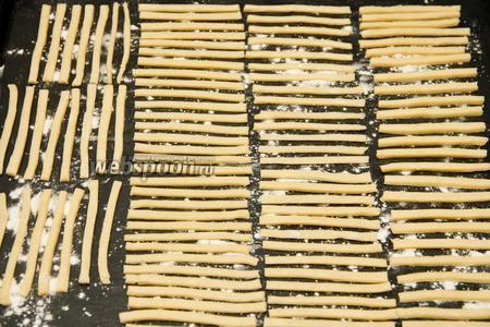 Выкладываем полоски на предварительно смазанный маслом или маргарином и посыпанный мукой противень.
