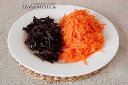 Морковь натереть на крупной тёрке, чернослив нарезать соломкой.