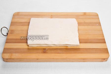 Раскатываем тесто до толщины 1 см.
