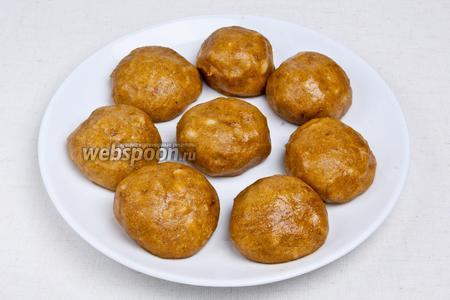 Затем, смочив руки в воде, скатать шарики размером с грецкий орех или больше. При желании украсить орехами. Поставить в холодное место на 30 минут. Десерт готов!