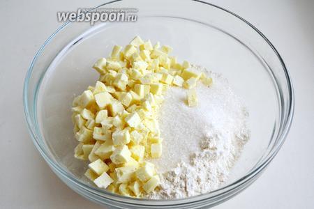Смешайте все «сухие» ингредиенты: муку, 3 ч.л. разрыхлителя, 1/4 ч.л. соли, сахар и порубленный шоколад.