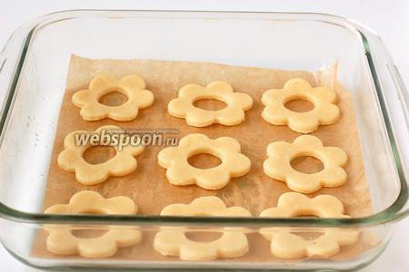 Выложить печенье в форму на кулинарную бумагу.