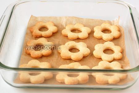 Выпекать печенье при 180°С до золотистого цвета приблизительно 20 минут.