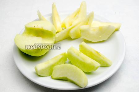 Яблоки вымыть, почистить, удалить сердцевину и нарезать на 8 частей.