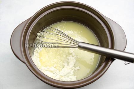 Добавить частями сухое молоко, взбивая венчиком, чтобы не было комков.